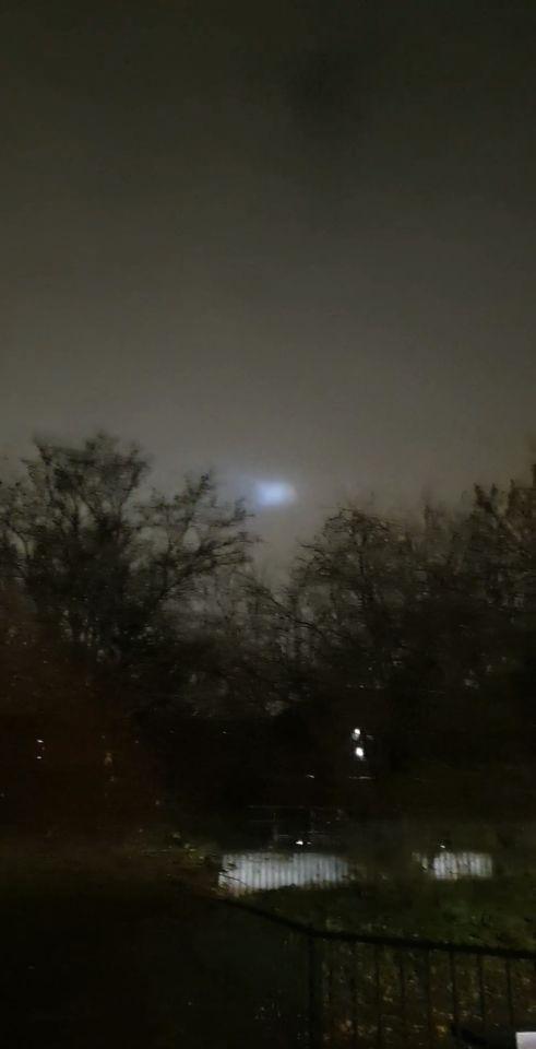 Een blauw licht dat in een patroon beweegt foto