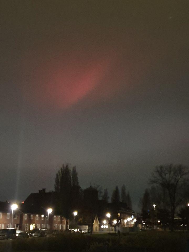 Groot stilstaand rood lichtverschijnsel zonder zichtbaar aanwijsbare bron foto