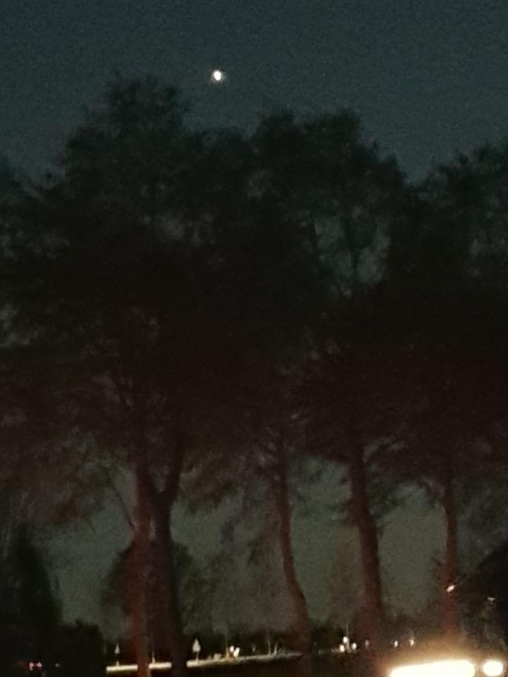 Angstig laag hangende drone, geheimzinnig foto