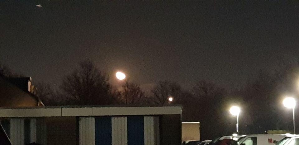 Maakte een foto van de maan, bij thuiskomst zag ik een schotel op foto foto